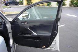 Öffnen der Fahrzeugtür auf öffentlichen Parkplätzen