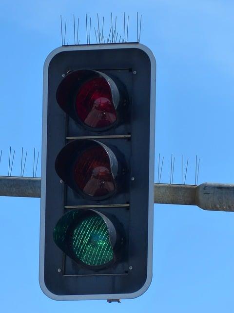 """Starkes Bremsen trotz """"Grüner Ampel"""" – Haftung des Bremsenden bei Auffahrunfall"""