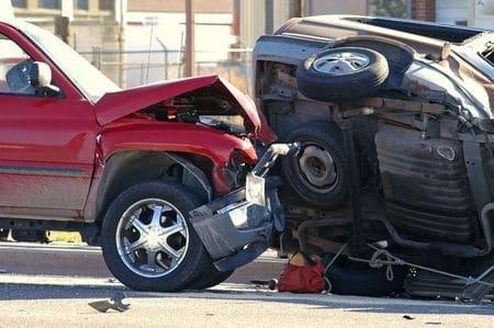 Geschwindigkeitsüberschreitung und Verkehrsunfall mit einfahrendem Fahrzeug
