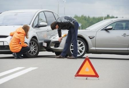 Bei erhöhter Geschwindigkeit kann der vorfahrtsberechtigte Verkehrsteilnehmer bei einem Unfall eine Mitschuld haben