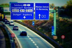 Verkehrsunfall auf Autobahn – Rechtsüberholen bei Autobahngabelung