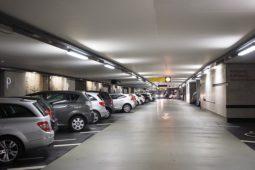 Parkplatzunfall  - mit stehendem und fahrendem Fahrzeug – Haftung