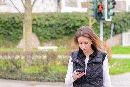 Fussgänger mit Handy beim überqueren der Strasse - Verkehrsunfall