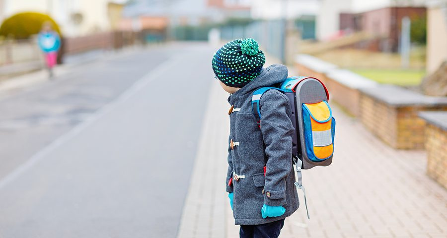 Kind beim überqueren einer strasse