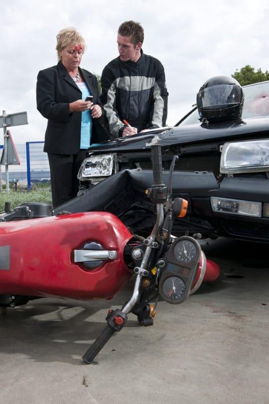 Verkehrsunfall: Motorradfahrerhaftung bei Sturz infolge Abbremsens hinter einem nach rechts abbiegenden Fahrzeug