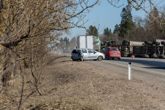 Verkehrsunfall: Lkwkollision mit einem dahinter geparkten Pkw auf Autobahnparkplatz