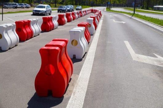 Verkehrsunfall: Ausweichbewegungen wegen Warnbaken am Fahrbahnrand