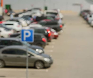 Verkehrsunfall von rückwärts ausparkenden und vorbeifahrenden Fahrzeug