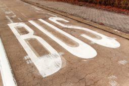Verkehrsunfall auf Busspur mit Rechtsabbieger