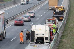 Verkehrsunfall: Haftung für hochgewirbeltes Holzstück auf der Autobahn