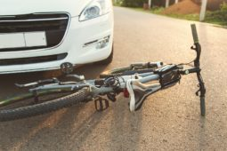 Vorfahrtsverstoß Radfahrer und Verstoß Fahrzeugführer gegen Rechtsfahrgebot