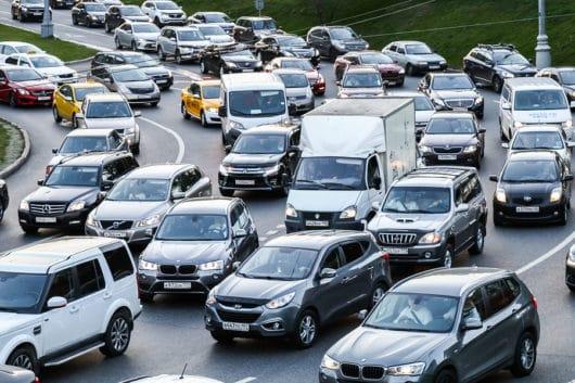 Verkehrsunfall: Kollision beim parallelen Rechtsabbiegen