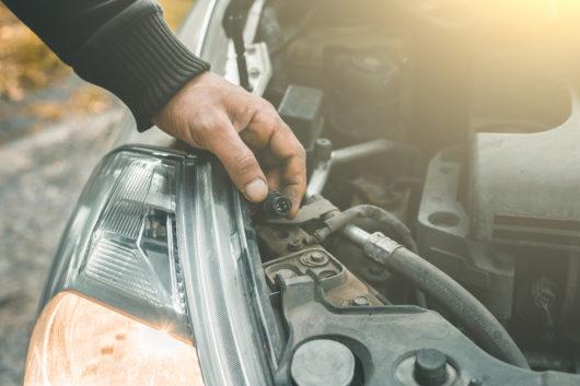Verkehrsunfall: Austauschkosten für Scheinwerfer trotz möglicher Reparatur