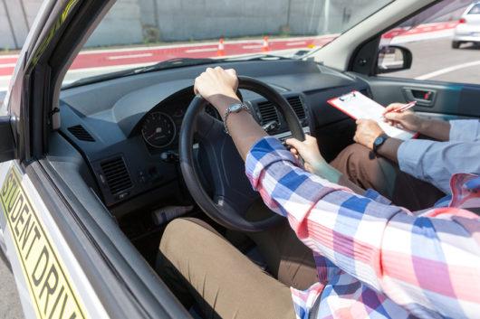 Verkehrsunfall: Abstand zu Fahrschulfahrzeug - Auffahrunfall