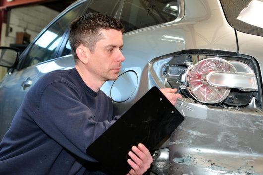Verkehrsunfall - Sachverständigenkosten - formularmäßige Klausel über Honorar zulässig?
