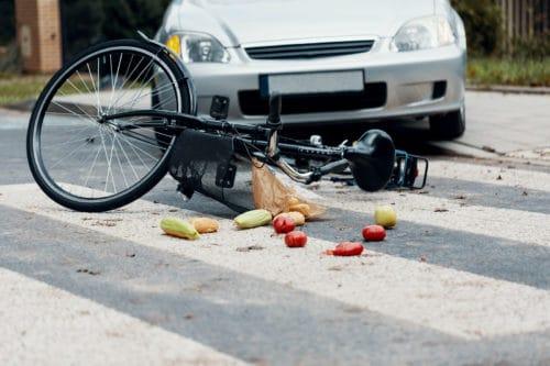 Verkehrsunfall zwischen Kfz und Radfahrer bei Abbiegevorgang und kurviger Straßenführung