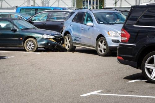 Verkehrsunfall - Kollision zwischen zwei rückwärts ausparkenden Fahrzeugen