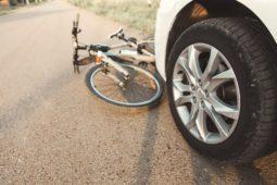 Verkehrsunfall zwischen PKW mit einem Fahrrad beim Rückwärtsfahren aus einer Parkbucht