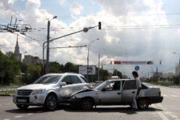 Haftungsverteilung bei Kfz-Unfall: Kollision zwischen Linksabbieger und Überholendem