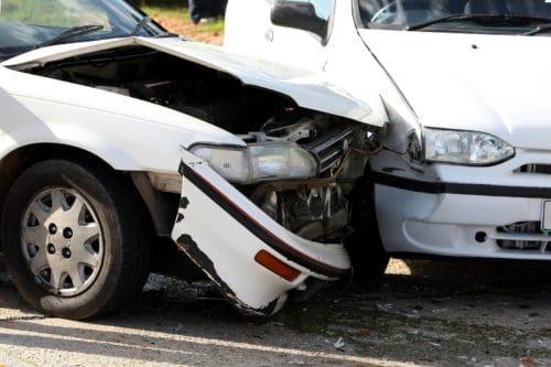 Verkehrsunfall – Kollision eines herausfahrenden Fahrzeugs mit einer Fahrzeugkolonne