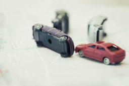 Verkehrsunfall -Kollision bei zeitgleich überholenden Fahrzeugen