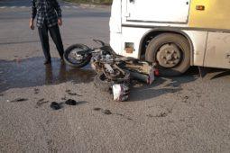 Verkehrsunfall zwischen Linienbus und entgegenkommenden Motorrad