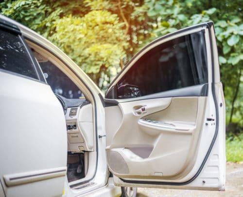 Fahrzeugkollision bei Öffnen einer Fahrzeugtür in den fließenden Verkehr hinein - Haftung