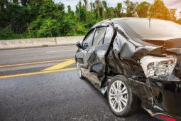 Verkehrsunfall zwischen liegengebliebenen Fahrzeug und einem nachfolgenden PKW
