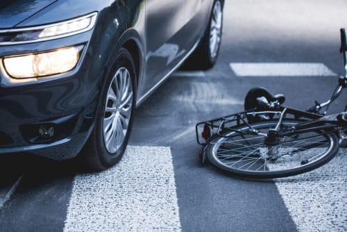 Verkehrsunfall - abbiegender Pkw mit einem auf Gehweg entgegen der Fahrtrichtung fahrenden Radfahrer