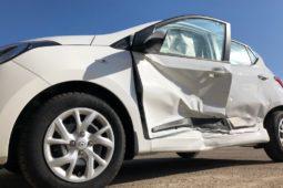 Kollision eines vorbeifahrenden Pkw mit der geöffneten Fahrertür eines parkenden Pkw
