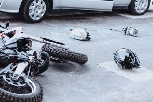 Verkehrsunfall - Kollision eines Linksabbiegers mit einem überholenden Motorrad