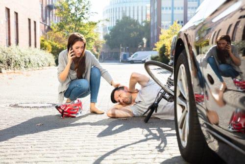 Kollision eines Rechtsabbiegers mit in falscher Richtung befahrenden Fahrradfahrer