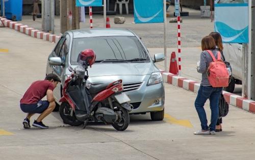 Verkehrsunfall - Kollision eines abbiegenden Fahrzeugs mit links überholenden Motorroller