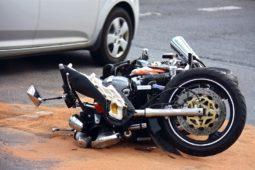 Kollision zwischen einem nach links abbiegenden Fahrzeug und einem Motorrad