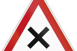 """Verkehrsunfall an Straßenkreuzung mit Vorfahrtsregelung """"rechts vor links"""""""