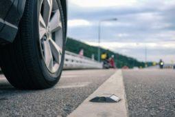 Verkehrsunfall - Kollision beim Wechsel von Standspur auf rechte Autobahnfahrspur