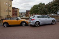 Verkehrsunfall - rückwärts aus Grundstück herausfahrenden Fahrzeugs mit Parkplatzsucher