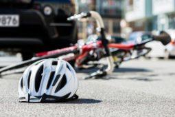 Verkehrsunfall - Kollision auf Hauptstraße fahrenden Pkws mit von links kommenden Fahrradfahrer