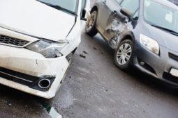 Fahrzeugkollision zwischen liegengebliebenem Fahrzeug - Haftungsverteilung