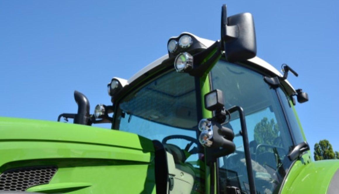 Verkehrsunfall – beim Überholen eines Traktors der nach links abbiegen will