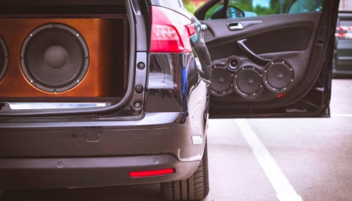 Verkehrsunfall - Kollision mit einer geöffneten Fahrzeugtür während einer Vorbeifahrt