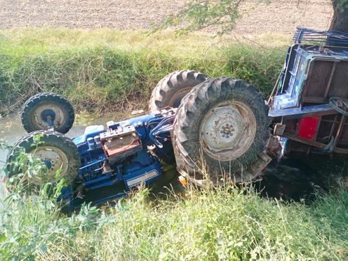 Kollision zwischen Sattelschlepper und entgegenkommenden Traktorgespann