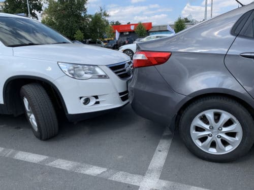 Parkplatzunfall - Haftung bei Auffahren auf ein im Fahrbahnbereich abgestelltes Fahrzeug