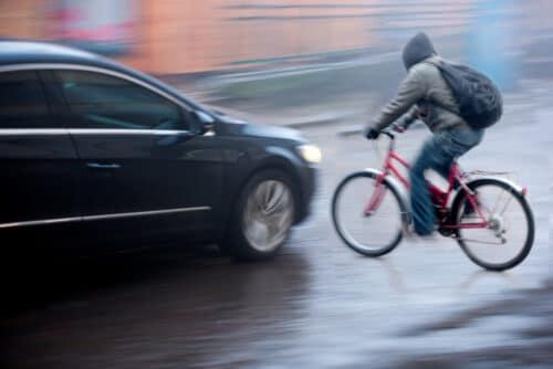 Kollision Fahrradfahrer/Pkw - Nichttragen Fahrradhelm