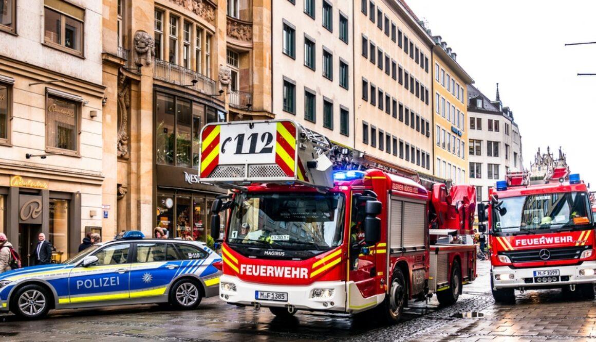 Verkehrsunfall mit Feuerwehrfahrzeug in Rettungsgasse